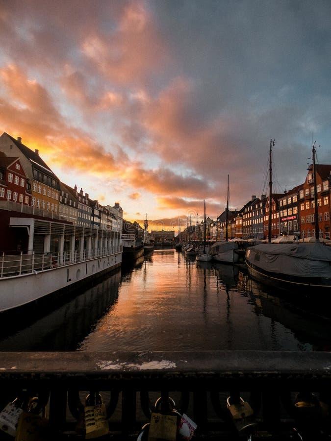 Nyhavn运河在日落的丹麦 免版税库存照片