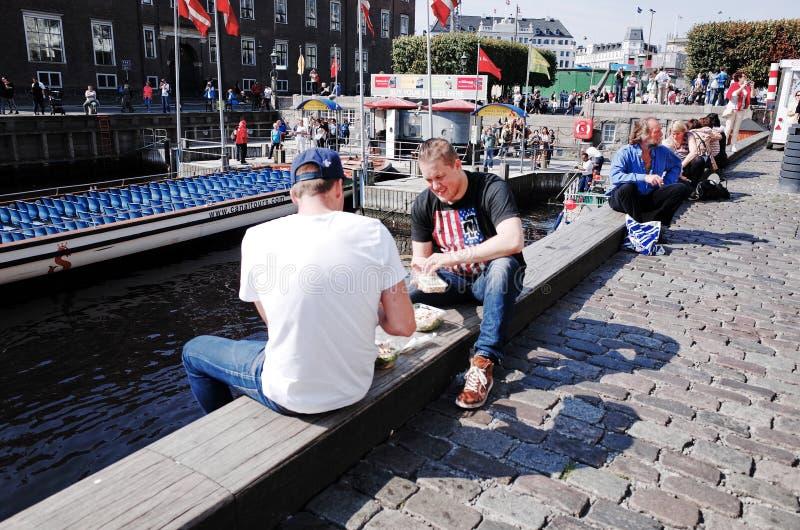 Nyhavn É uma margem, um canal e um distrito do século XVII do entretenimento em Copenhaga, Dinamarca imagem de stock