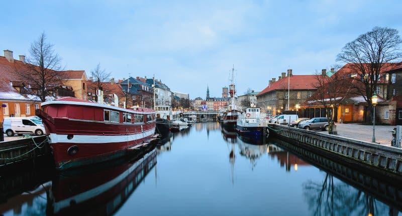 Nyhavn-Kanal in Kopenhagen an den blauen Stunden - Dänemark lizenzfreies stockfoto