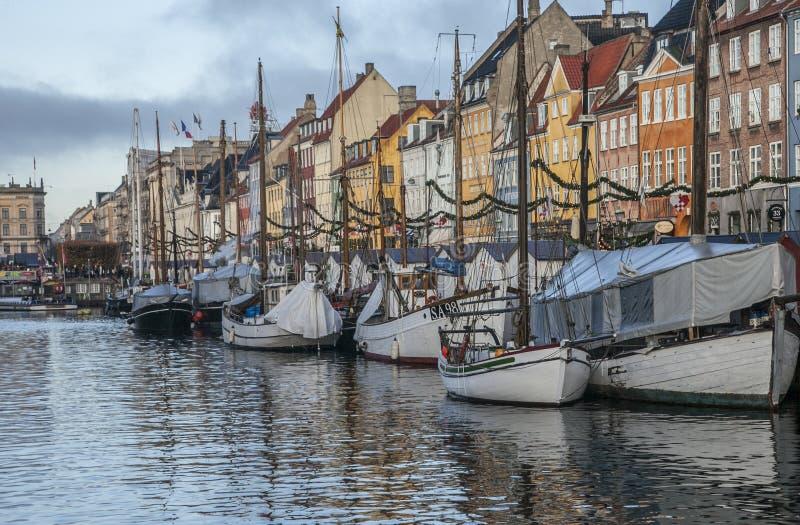 Nyhavn, Kopenhaga kolorowi budynki i łodzie - kanał - fotografia stock
