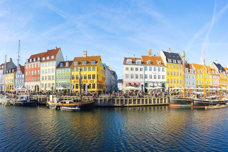 Nyhavn med färgrika fasader av gamla hus i Köpenhamnen, Denmar fotografering för bildbyråer