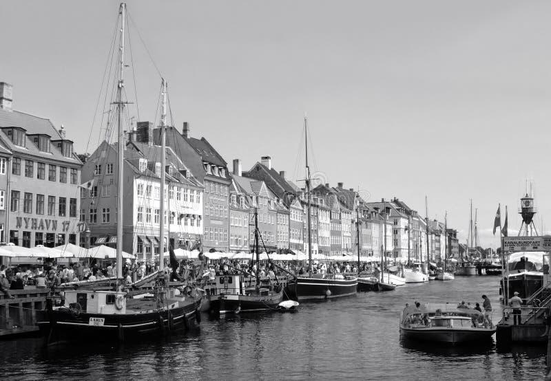 Nyhavn ou o porto novo, distrito famoso em Copenhaga de Dinamarca em monótonos fotos de stock royalty free