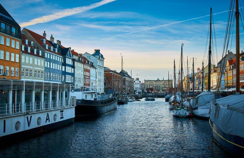 Nyhavn pitoresco, o distrito do século XVII da margem, do canal e do entretenimento em Copenhaga imagem de stock royalty free