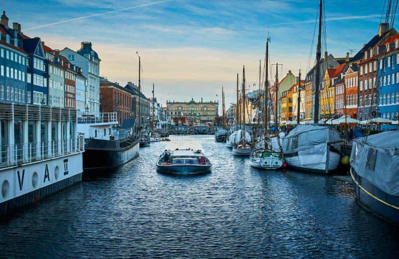 Nyhavn pitoresco, o distrito do século XVII da margem, do canal e do entretenimento em Copenhaga imagem de stock