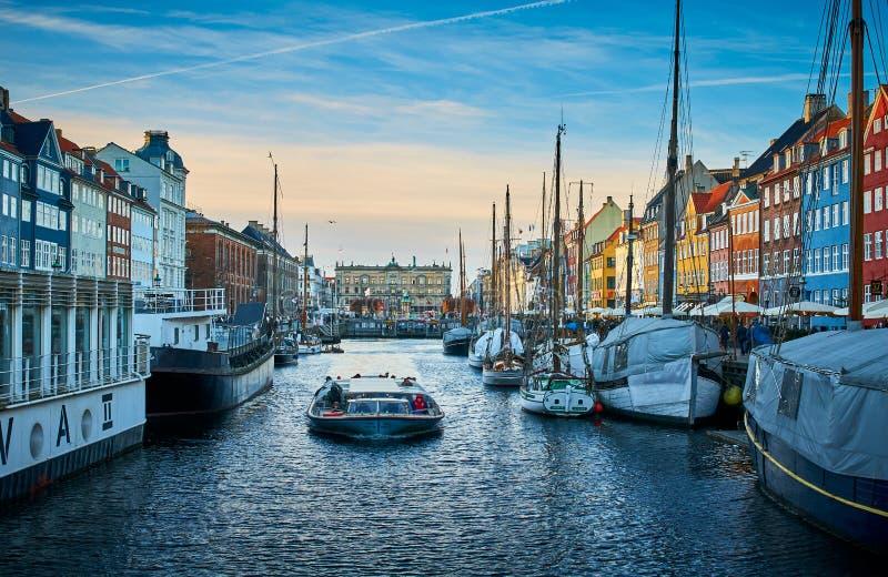 Nyhavn pitoresco, o distrito do século XVII da margem, do canal e do entretenimento em Copenhaga fotografia de stock