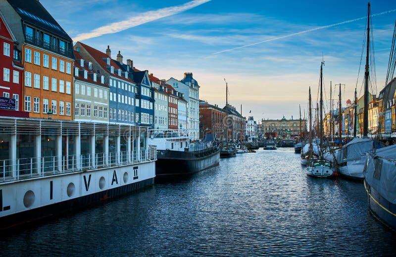 Nyhavn pittoresco, il distretto del XVII secolo di lungomare, del canale e di spettacolo a Copenhaghen immagini stock libere da diritti