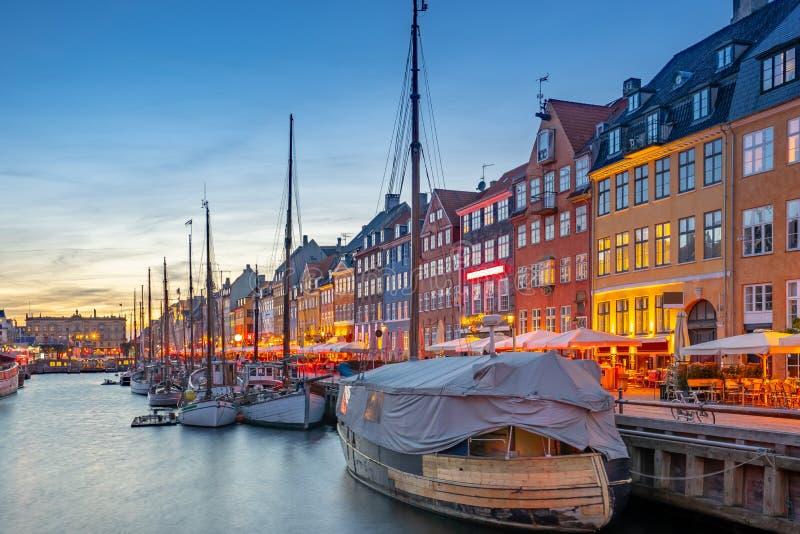 Nyhavn punktu zwrotnego budynki przy nocą w Kopenhaga mieście, Dani fotografia royalty free