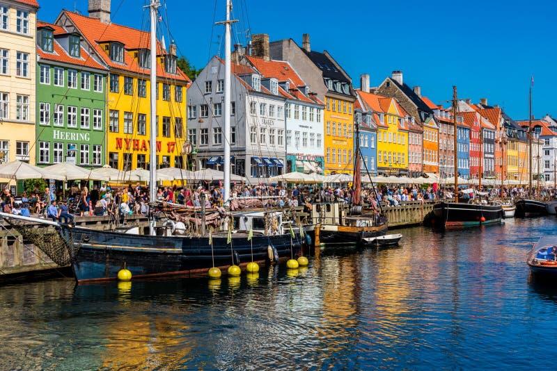 Nyhavnhaven en promenade in Kopenhagen Denemarken royalty-vrije stock foto's