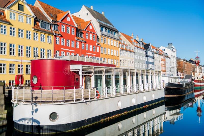 Nyhavnpijler met gebouwen, schepen, jachten en andere boten in de Oude Stad van Kopenhagen, Denemarken royalty-vrije stock foto's
