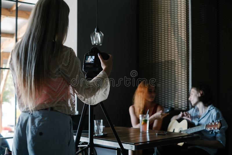 Nyheterna för intervjujournalistmassmedia royaltyfria bilder