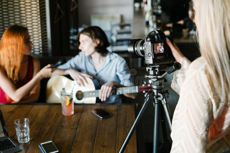 Nyheterna för intervjujournalistmassmedia royaltyfri foto