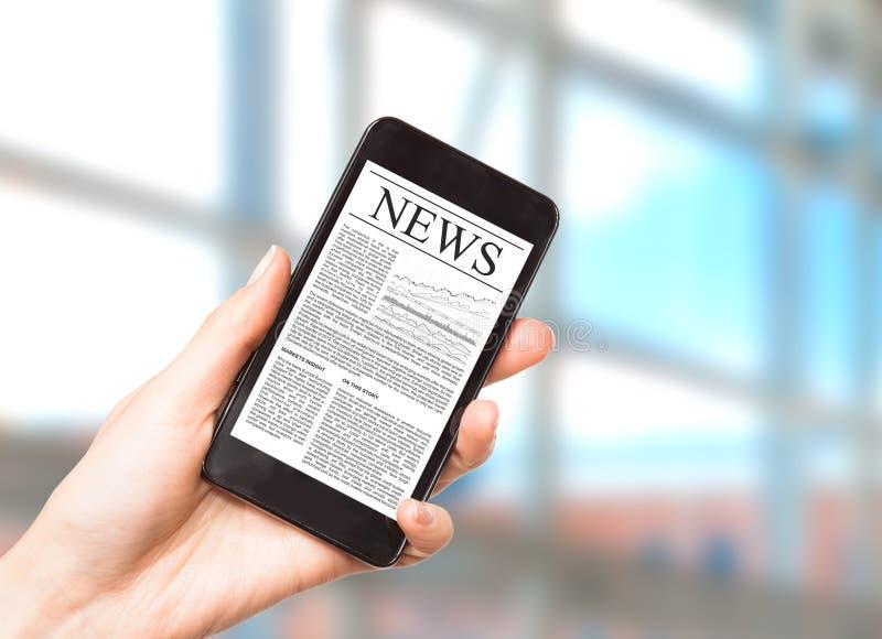 Nyheterna på mobiltelefonen, ilar telefonen. arkivbilder