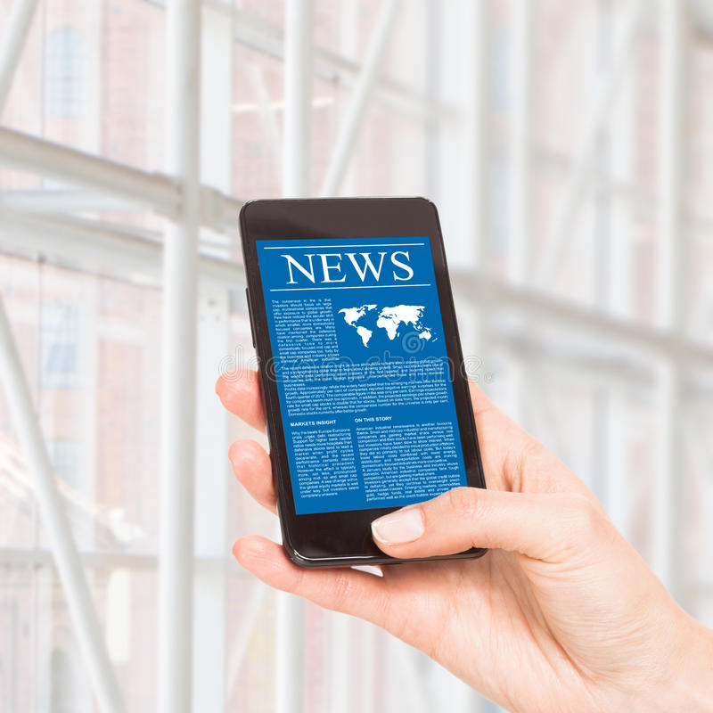 Nyheterna på mobiltelefonen, ilar telefonen. arkivfoto