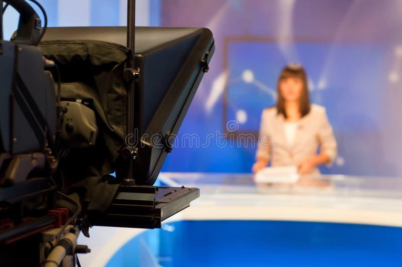 nyheterna som presenterar reporter royaltyfri fotografi