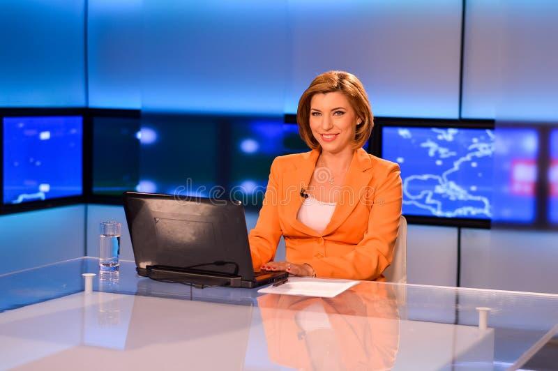 nyheterna som presenterar reportertv:n royaltyfri foto