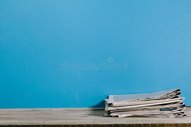 Nyheternalegitimationshandlingar på den wood tabellen fotografering för bildbyråer