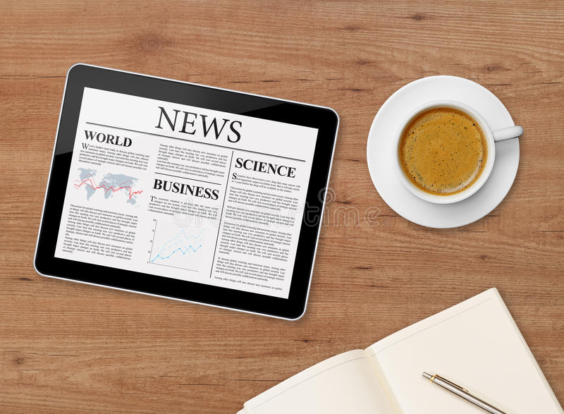 Nyheternasida på minnestavla- och kaffekoppen royaltyfri foto