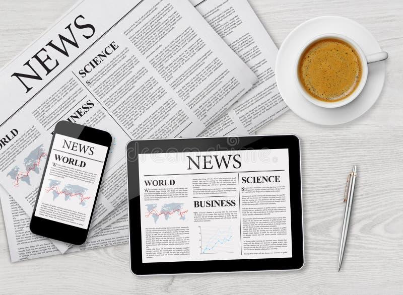Nyheternasida på minnestavlan, mobiltelefonen och tidningen royaltyfri bild