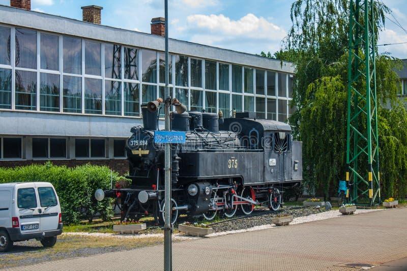 NYIREGYHAZA, HUNGRÍA, EL 12 DE MAYO DE 2016 Tren retro viejo del vapor en la estación de tren de la ciudad de Nyiregyhaza, Hungrí imagen de archivo libre de regalías