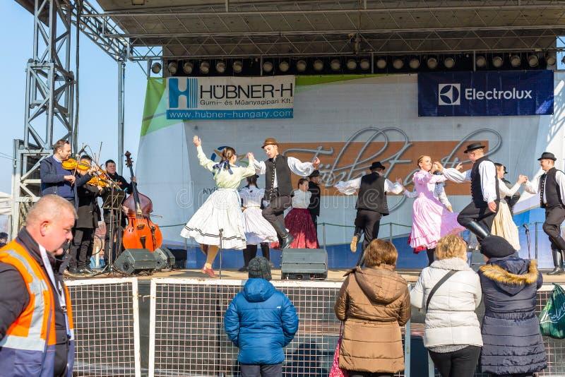 Nyiregyhaza, Hungria, Februar 16, 2019 Desempenho húngaro do conjunto da dança do folclore no traje popular tradicional fotos de stock royalty free