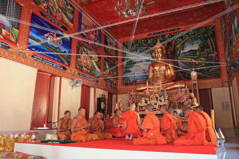Nyligen förordnad buddistisk munk med prästprocessionen arkivfoto