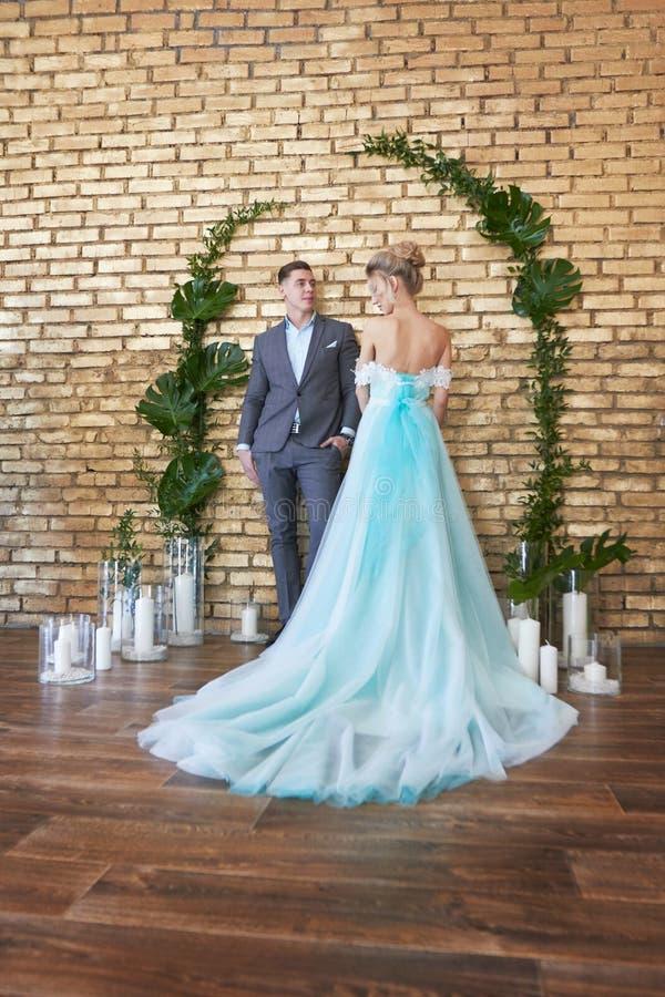 Nyligen gift par som älskar par för bröllopet Man och kvinna som älskar sig Brud i den turkosklänningen och brudgummen arkivbilder