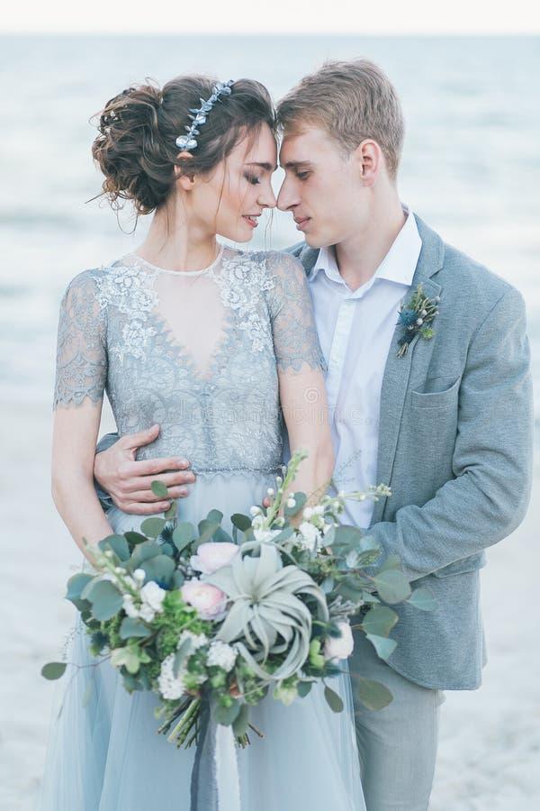 Nyligen-gifta sig kel på kusten arkivbilder