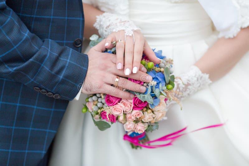 Nyligen gifta sig visa egna händer med vigselringar royaltyfri foto
