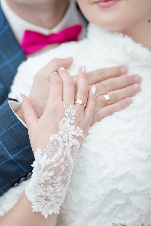 Nyligen gifta sig visa egna händer med vigselringar arkivbild