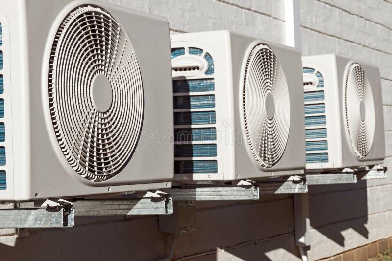 Nyligen installerade Airconditioningenheter som monteras på tegelstenväggen royaltyfri fotografi