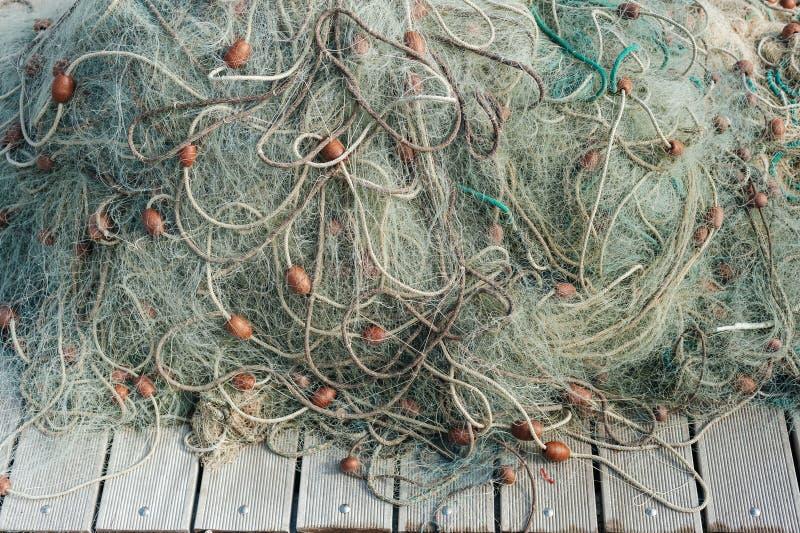 Nylonowa sieć rybacka z pociesza na drewnianym tle zdjęcia stock