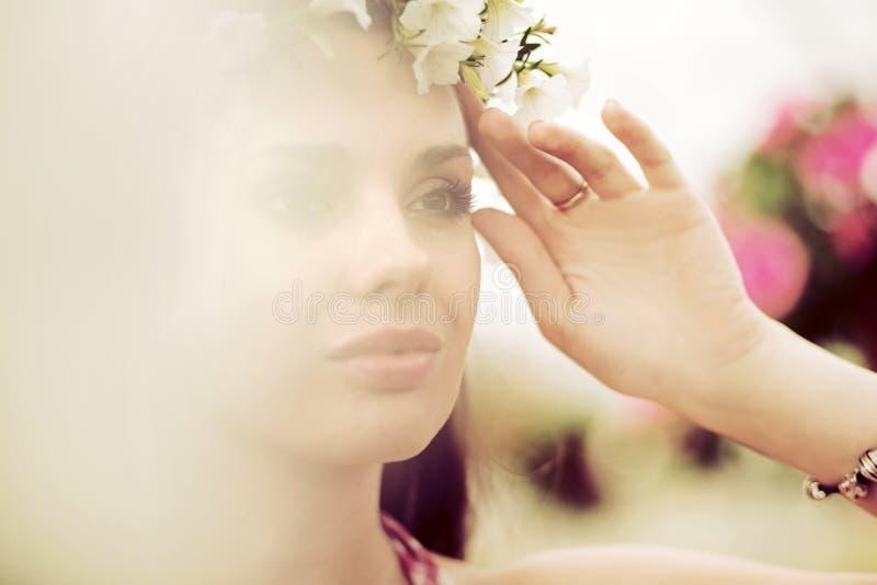 Nymp de la flor con la guirnalda colorida imagen de archivo libre de regalías