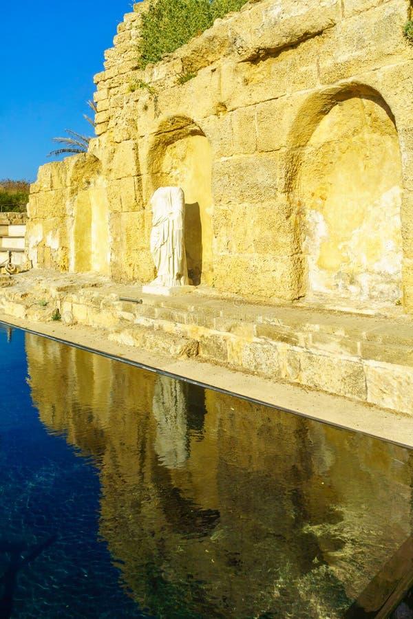 Nymphaeum, fonte da era de Roma, no parque nacional de Caesarea foto de stock