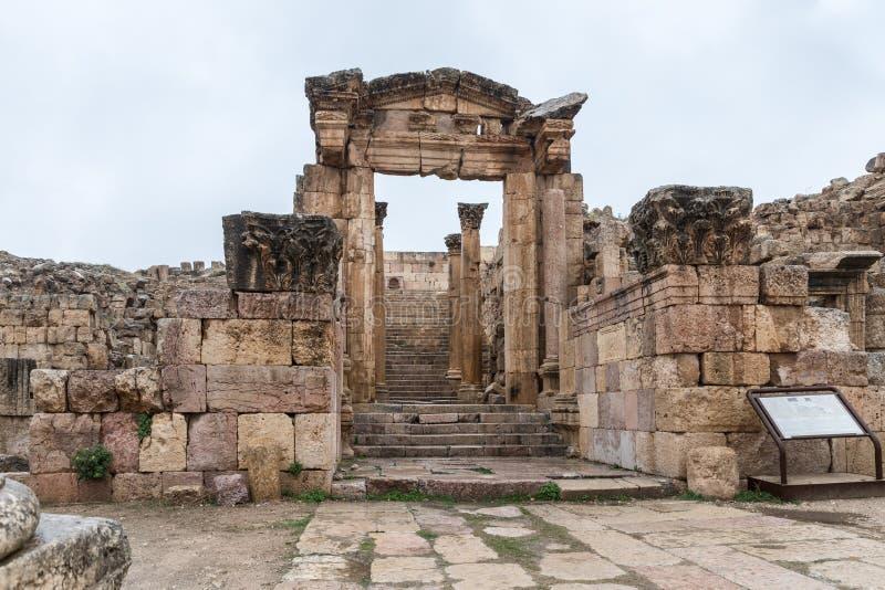 Nymphaeum ha individuato sulla via di Cardo Maximus nella grande città romana di Jerash - Gerasa, distrutto da un terremoto in AN immagini stock