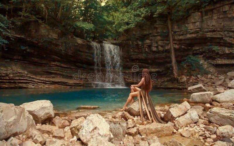 Nymphe mystérieuse de rivière sur les roches nues près du petit lac bleu dans la lagune de canyon de Martvili et de la cascade me photo libre de droits