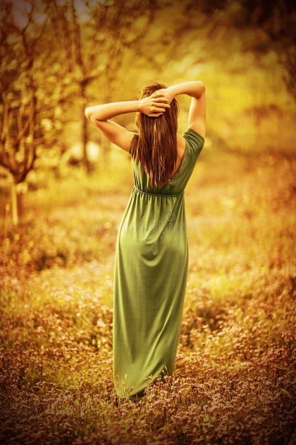 Nymphe sensuelle dans le jardin d'automne images libres de droits