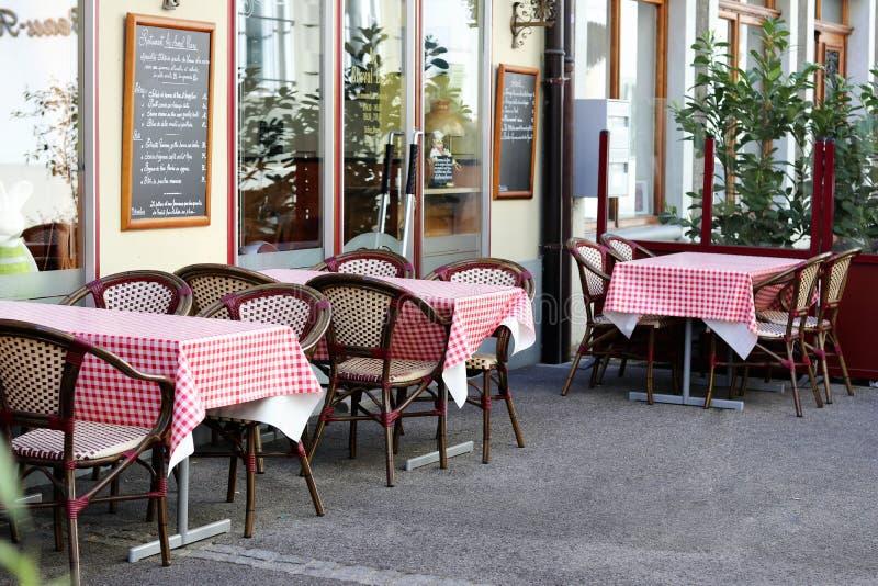 NYON, ZWITSERLAND - APRIL 27, 2018: openluchtlijsten in comfortabel Zwitsers restaurant in Nyon-stad stock fotografie