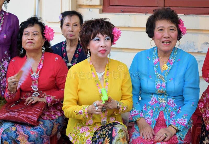 Nyonya damer i deras etniska dräkt arkivfoto