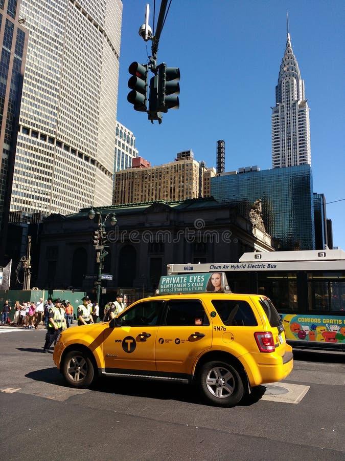 NYPD交通在盛大中央终端,黄色出租汽车SUV,克莱斯勒大厦附近任命军官视线内,纽约, NYC, NY,美国 免版税库存图片