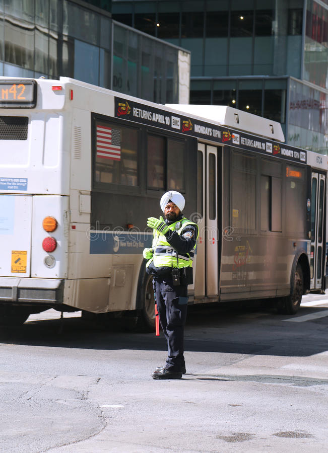 NYPD交通官员穿有在曼哈顿附有的权威的头巾 库存照片