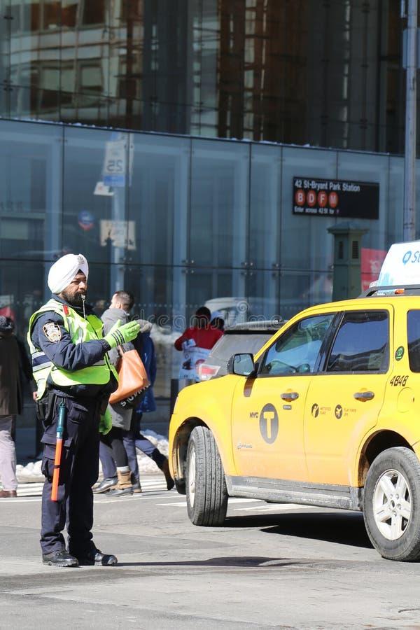 NYPD交通官员穿有在曼哈顿附有的权威的头巾 免版税库存照片