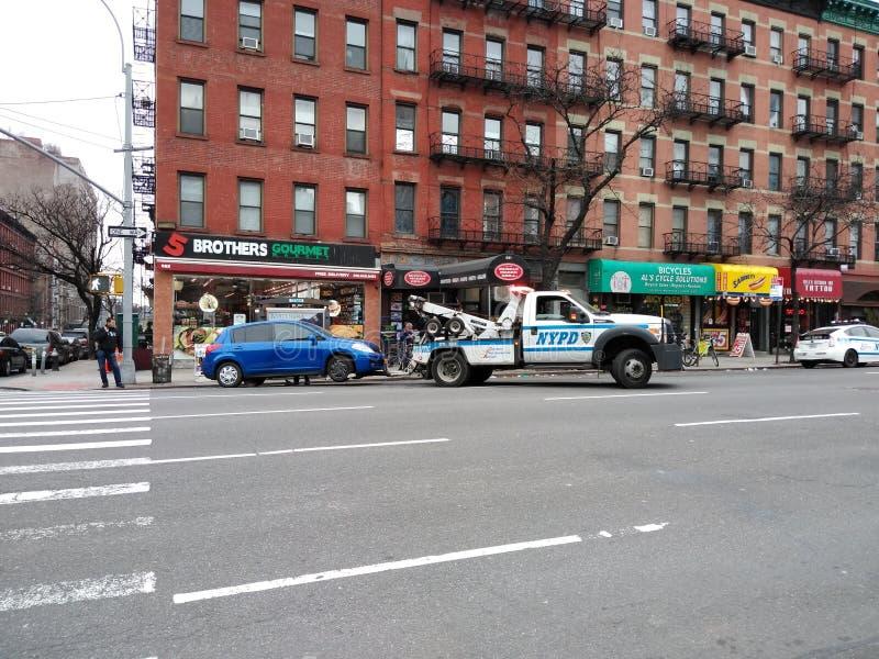 NYPD交通执行,得到的汽车拖曳,NYC,NY,美国 免版税库存照片
