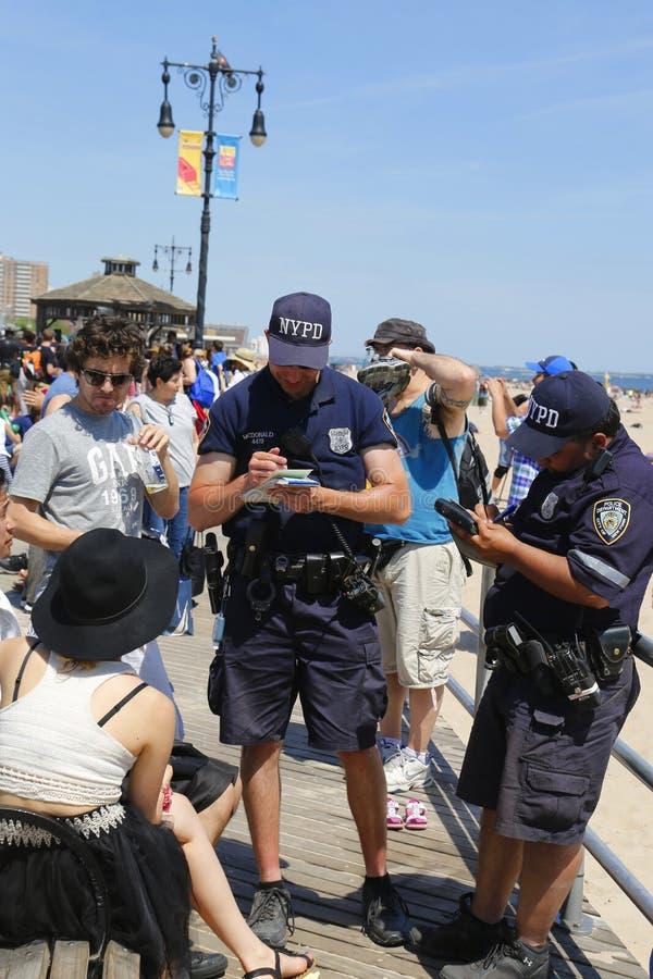 NYPD在科尼岛木板走道任命酒精有关的进攻的文字票军官在布鲁克林 免版税库存图片