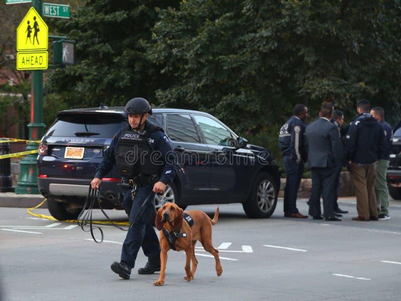 NYPD紧急情况服务单位有K-9狗的警察在一个恐怖袭击站点附近的犯罪现场在更低的曼哈顿 免版税图库摄影