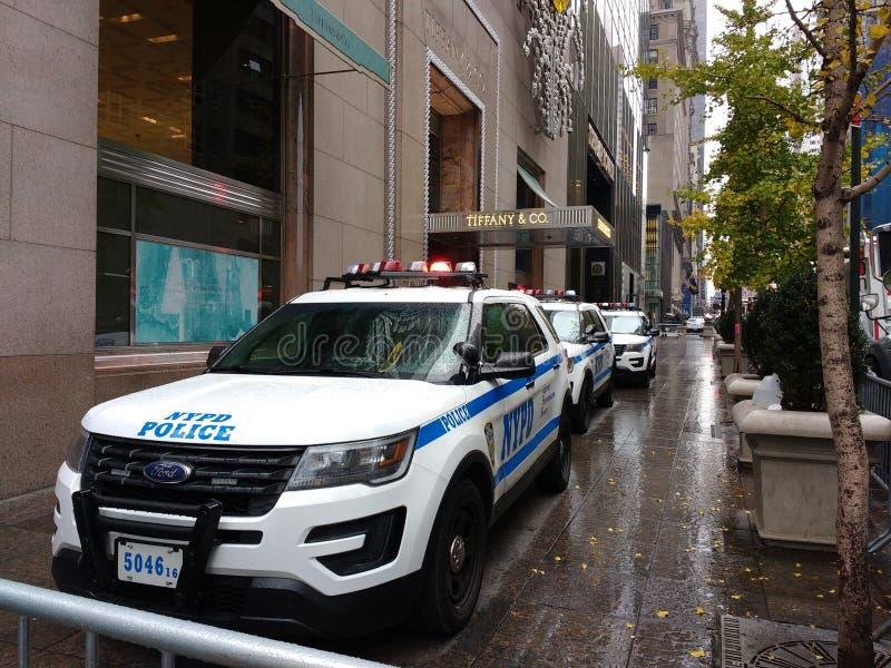 NYPD阻拦王牌塔的警车和蒂凡尼& Co NYC,美国 图库摄影
