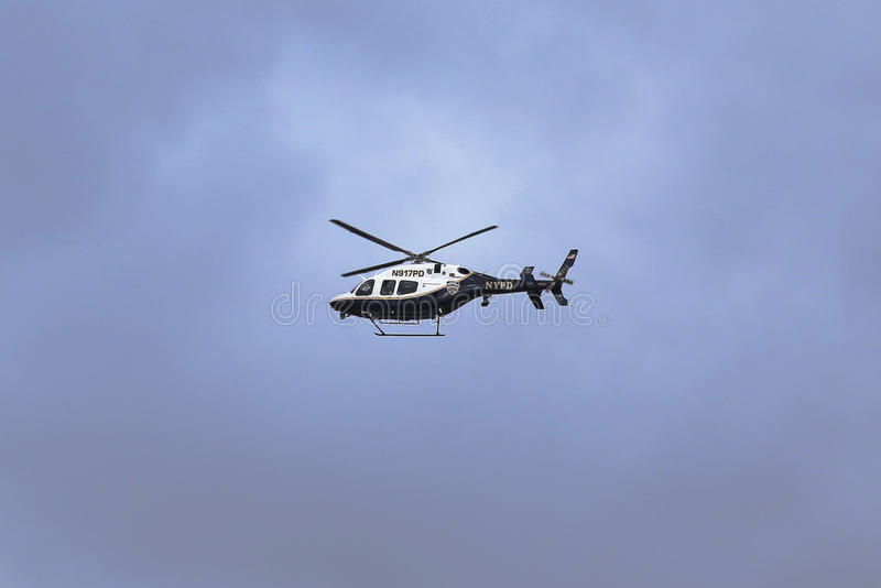 NYPD Bell 429 helikopter w niebie providing ochronę podczas Miasto Nowy Jork Maratońskiego początku zdjęcia royalty free