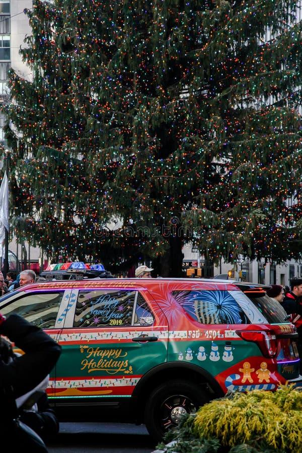 NYPD-bil nära julträd på Rockefeller Center arkivfoto