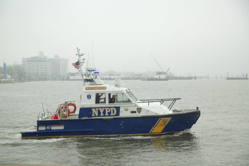 NYPD-boot die veiligheid verstrekken tijdens Vlootweek 2014 royalty-vrije stock foto's