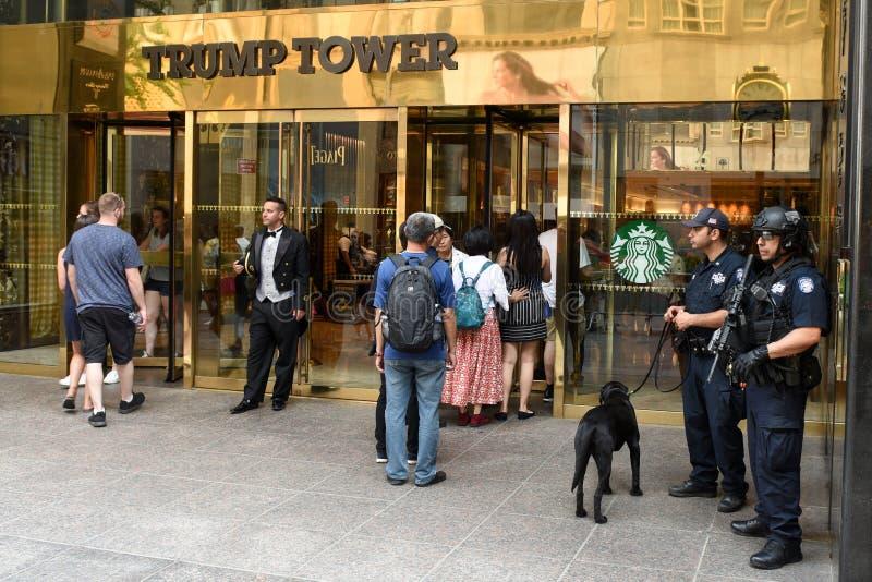 NYPD commande fournir la sécurité à la tour d'atout sur Fifth Avenue à New York photographie stock