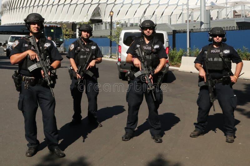 NYPD contradicen a los oficiales del terrorismo que proporcionan seguridad foto de archivo